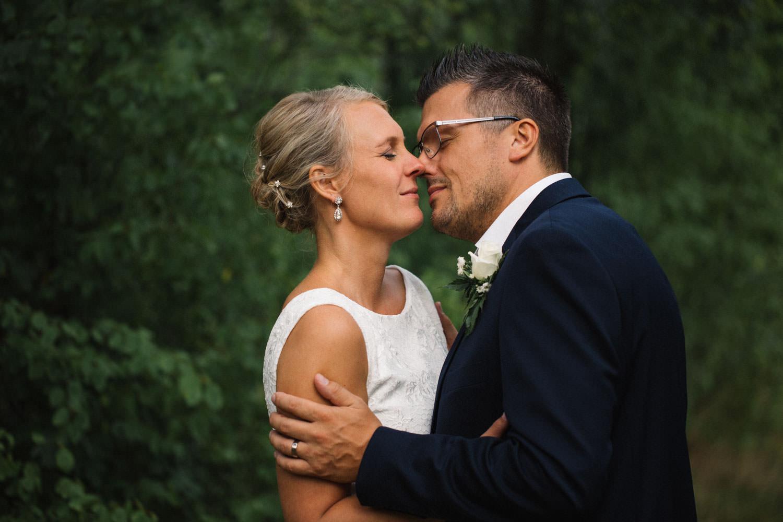 Bröllopsporträtt på brudpar under ett bröllop i Mönsterås, Småland. Brudklänning från Sofia Moore. Bröllopsfotograf är Tove Lundquist.