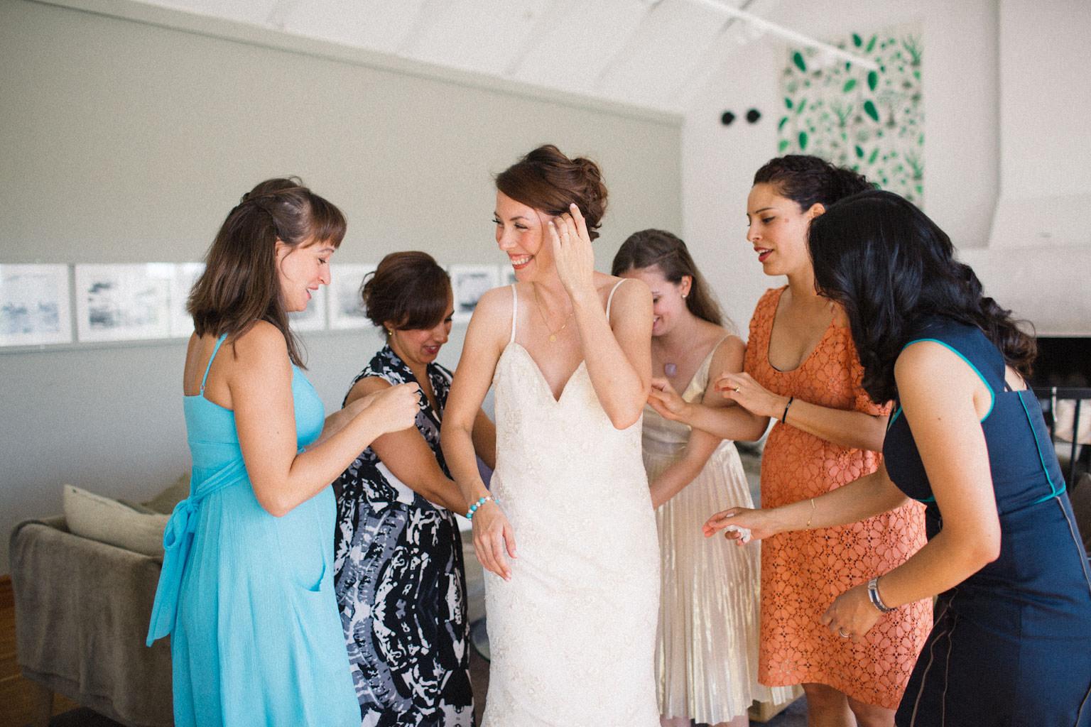 Förberedelser inför bröllop, brud tillsammans med brudtärnor.