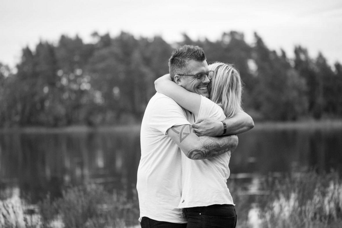 Svartvitt foto på brudpar under en provfotografering inför bröllop ute vid Lövö som ligger utanför Mönsterås, Småland.