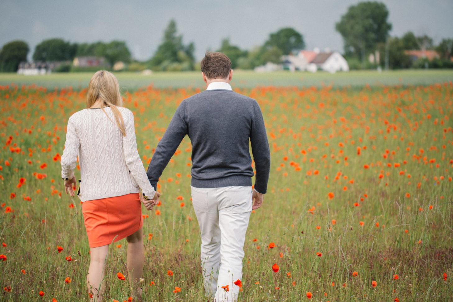 Pre-wedding shoot at Böste. Foto av Tove Lundquist, bröllopsfotograf Skåne.