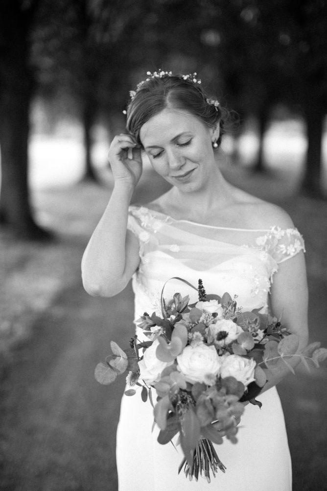 Svartvitt porträtt på brud under ett bröllop i Yngsjö, Skåne. Bröllopsfotograf är Tove Lundquist, Malmö.