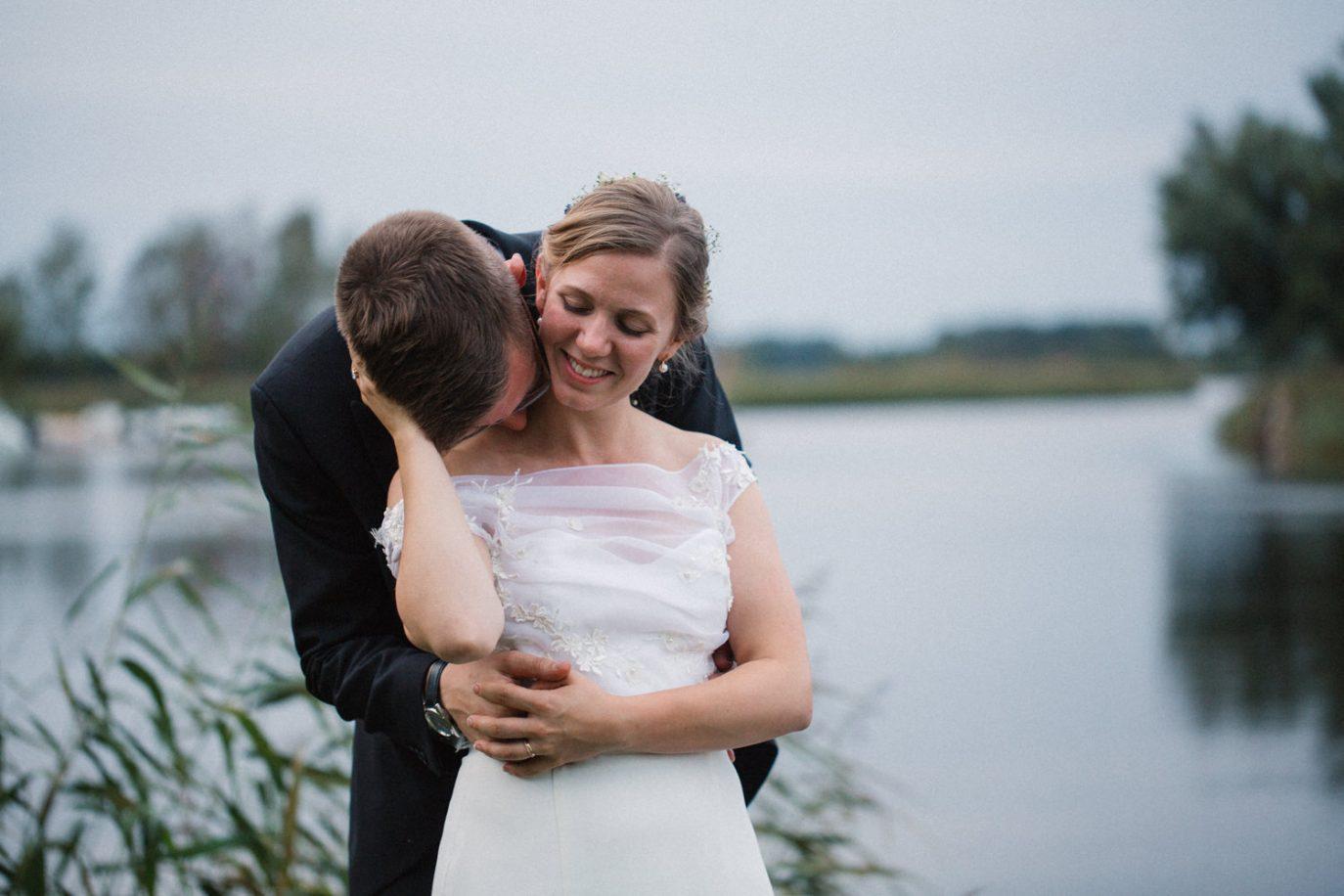 Kärleksfulla bröllopsporträtt nere vid ån under ett bröllop i Yngsjö. Foto: Tove Lundquist, Malmö.