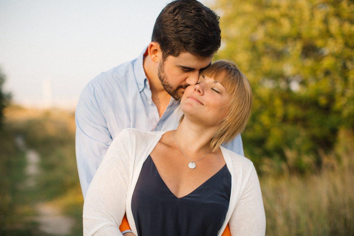 Kärleksfullt fotografi på ett brudpar under deras pre-shoot i Malmö. Fotograf är Tove Lundquist.