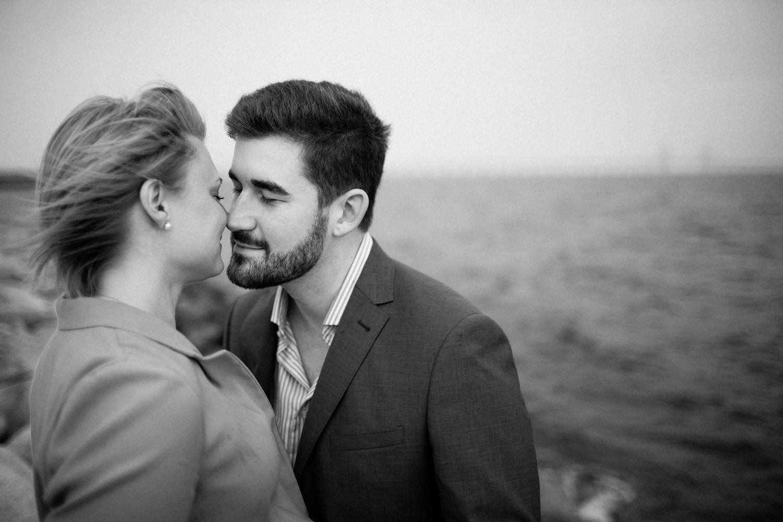 Svartvitt kärleksfullt porträtt på brudpar under deras pre-shoot inför bröllopet. Foto: Tove Lundquist.