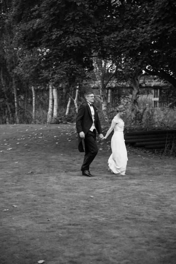 Svartvitt fotografi på gående brudpar. Foto: Tove Lundquist.