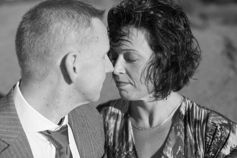 Svartvitt foto, bröllopsporträtt i Ernemar småbåtshamn. Foto: Tove Lundquist, bröllopsfotograf Oskarshamn.