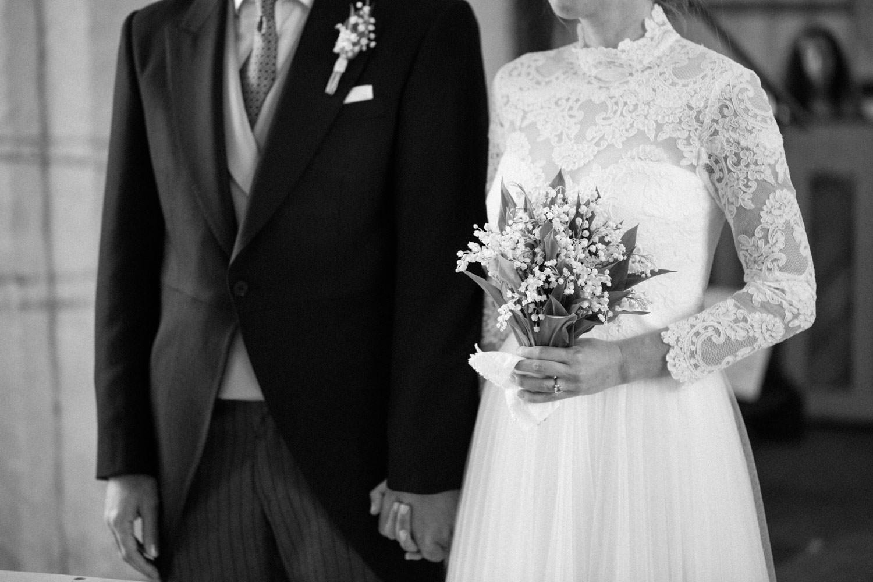 Brudklänningen kommer från Ida Sjöstedt Couture. Bröllop i Gislövs kyrka, Trelleborg, Skåne. Brudbuketten kommer från floristen Anna Gouteva i Malmö. Fotograf är Tove Lundquist.