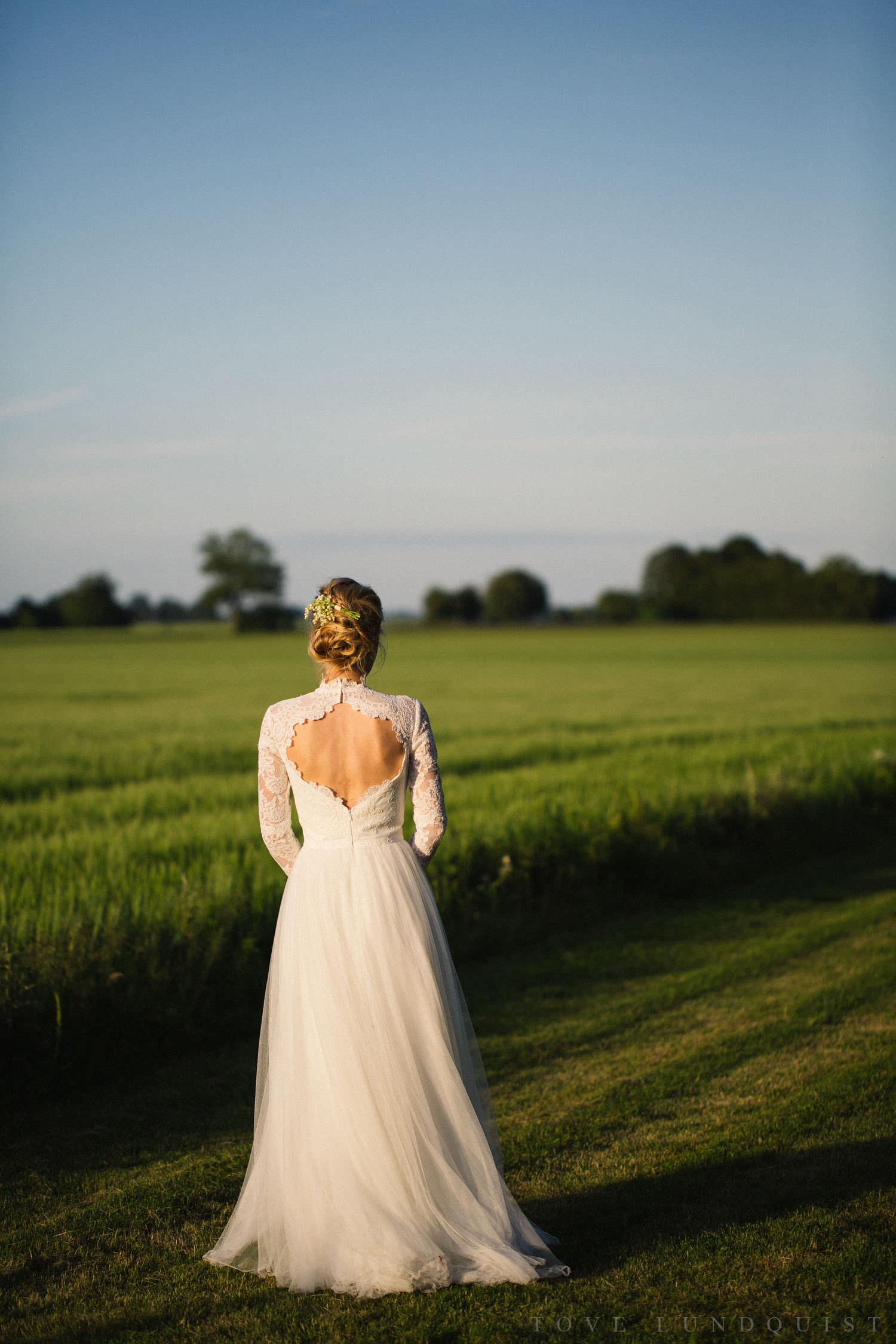Eternity Dress från Ida Sjöstedt Couture. Bröllopsfotograf är Tove Lundquist, bröllopslokalen är Idala Gård i Skåne.