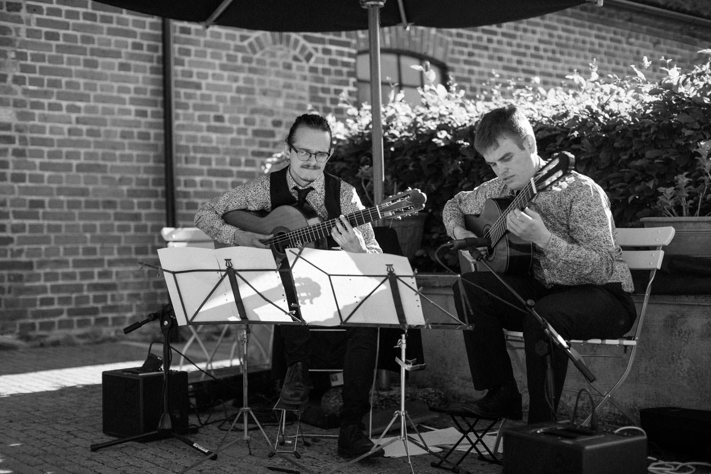 Svartvitt fotografi på Nordic Guitar Duo under ett bröllop på Idala Gård i Skåne. Fotograf är Tove Lundquist.