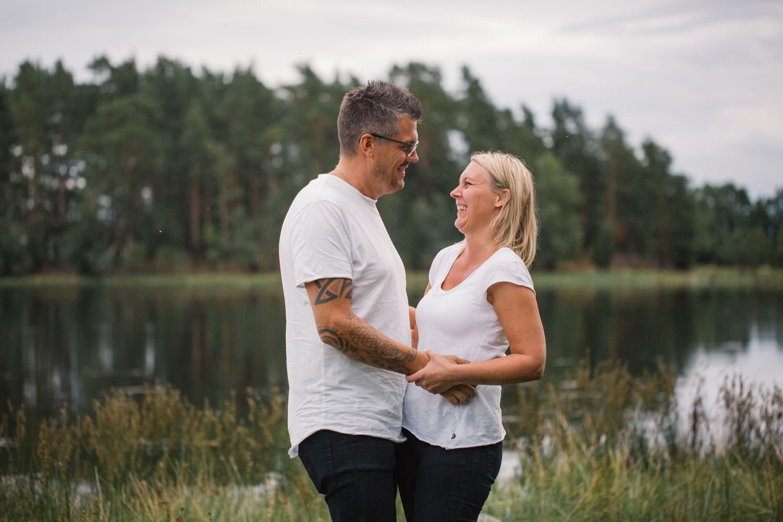Färgbild på brudpar under en förfotografering inför deras bröllop i Småland.