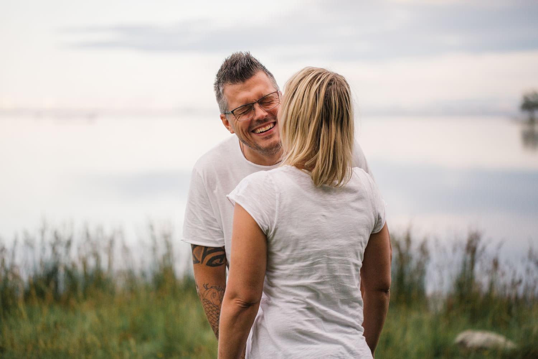 Glatt och kärleksfullt brudpar under en fotografering inför deras bröllop i Småland.