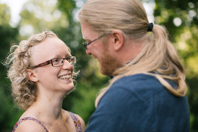 Kärleksfull bild på brudpar under deras provfotografering i Lund, Skåne. Fotograf är Tove Lundquist.