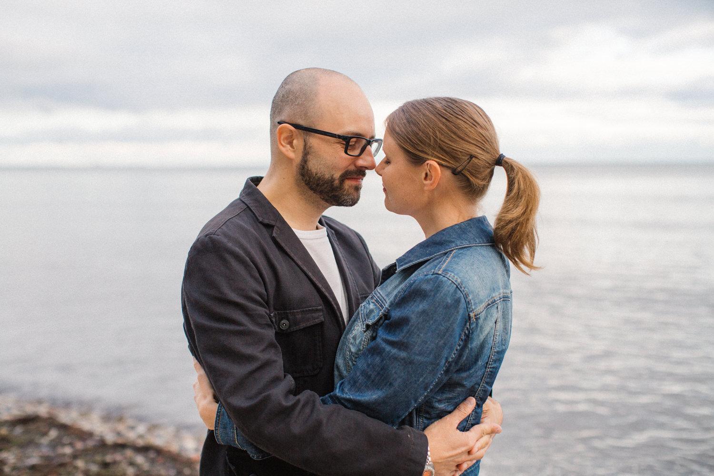 Kärleksfull bild på brudpar under deras provfotografering i Ystad, Skåne. Fotograf är Tove Lundquist.