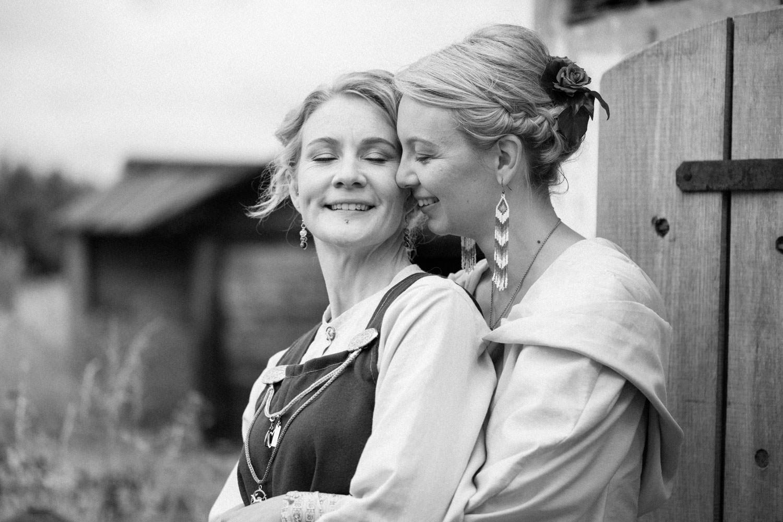 Svartvitt kärleksfullt foto på två brudar under bröllop i Skåne.