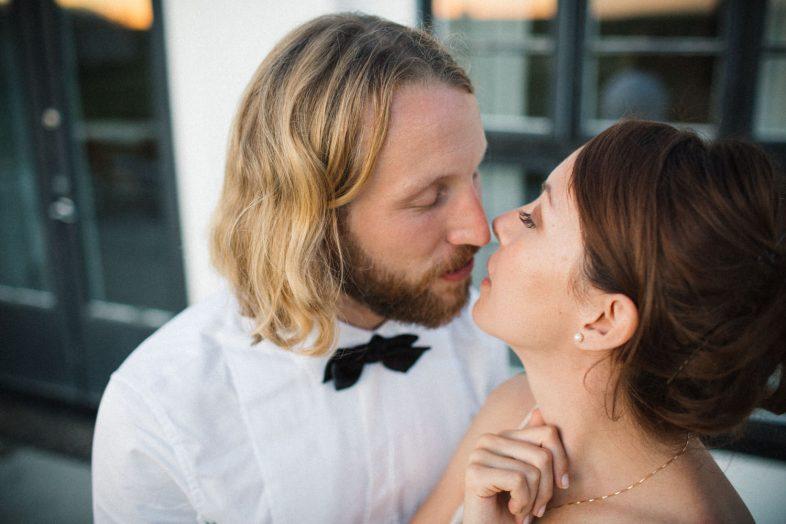 Bröllopsporträtt under The Golden Hour, Örum 119 på Österlen. Bröllopsfotograf är Tove Lundquist.