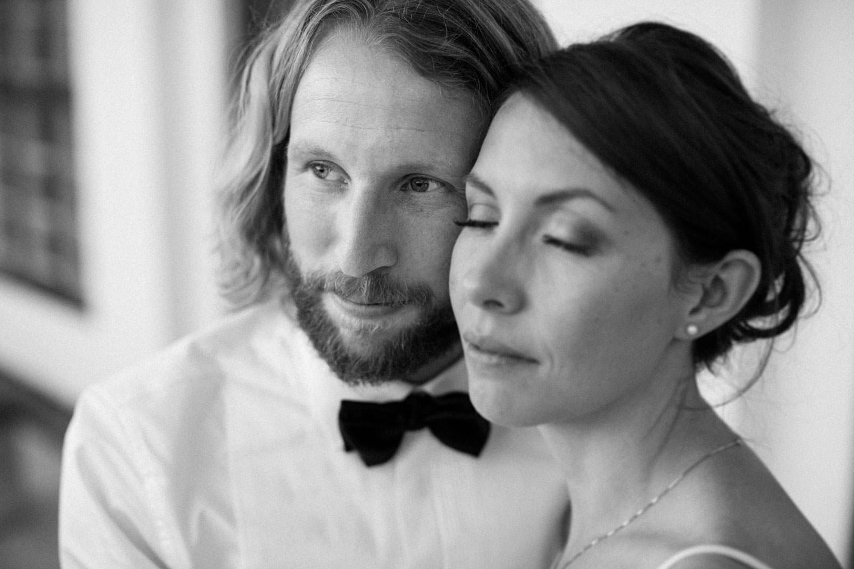 Svartvitt fotografi på brudpar. Fotograf är Tove Lundquist.