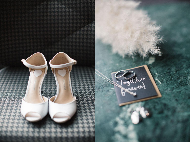 Detaljer under bröllop, vita skor till bruden från Deichmann och parets vigselringar är från Célia Brown i Genève.. Plats för brudens förberedelser var Radisson Blu Metropol Hotel, Helsingborg.