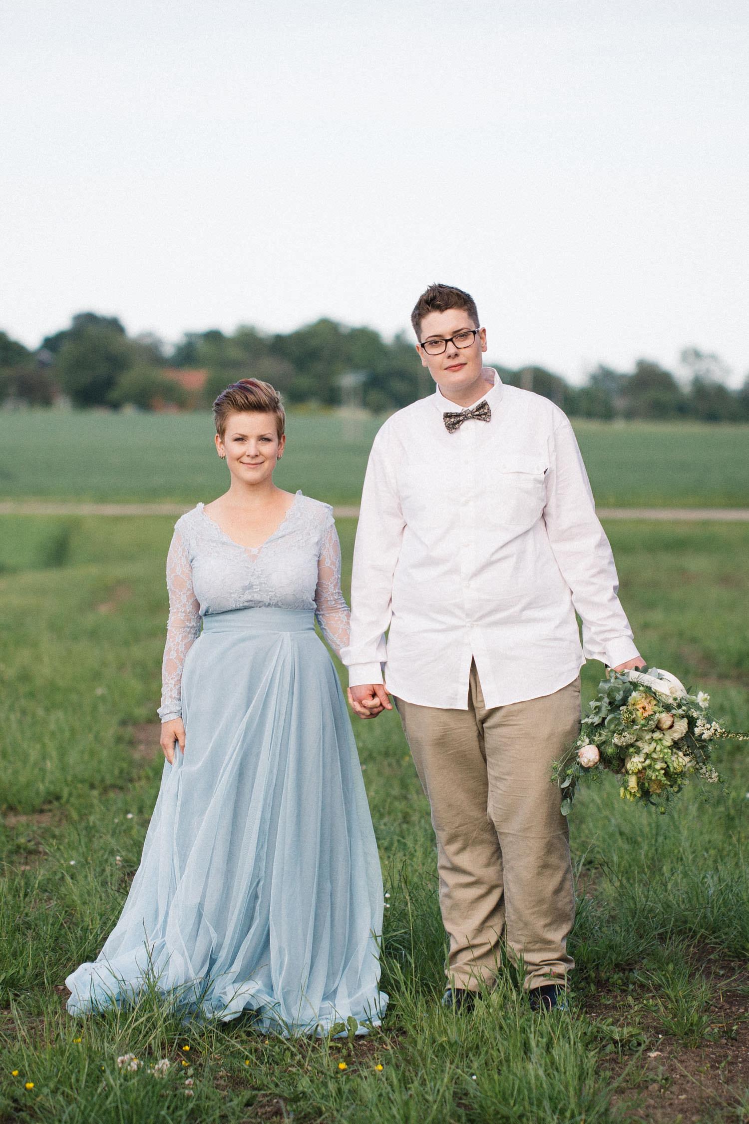Brudklänning kommer från SensibleM, miljövänlig fluga kommer från Metzerverket. Foto: Tove Lundquist, bröllopsfotograf Skåne.