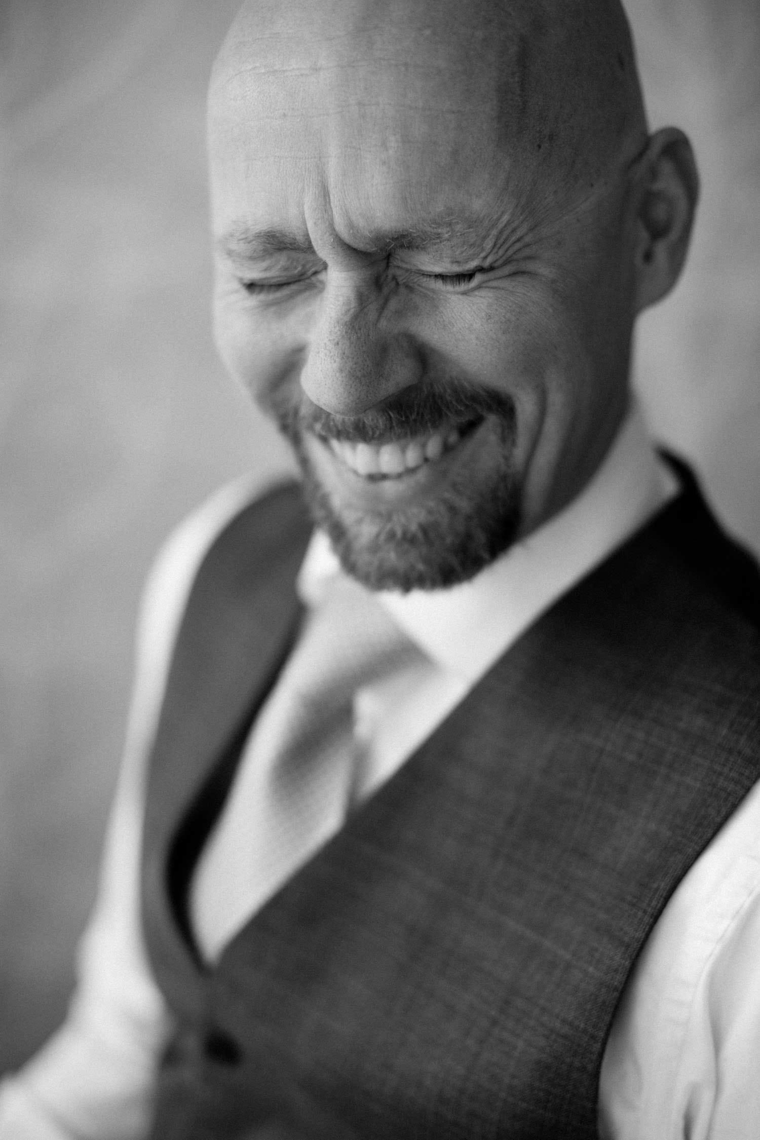 Svartvitt porträtt på man, studiofotografering. Foto: Tove Lundquist, porträttfotograf Malmö. Thomas är min Second Shooter på bröllop.
