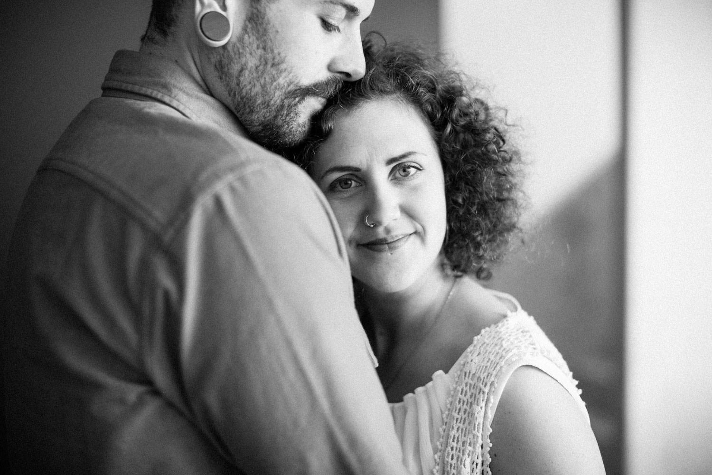 Kärleksfullt svartvitt porträtt på par, porträttfotograf är Tove Lundquist, Skåne. Hon arbetar som bröllopsfotograf Malmö.