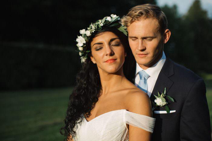 Porträtt på kärleksfullt brudpar i Golden Hour vid Trolleholms slott. Foto av Tove Lundquist, bröllopsfotograf Skåne.