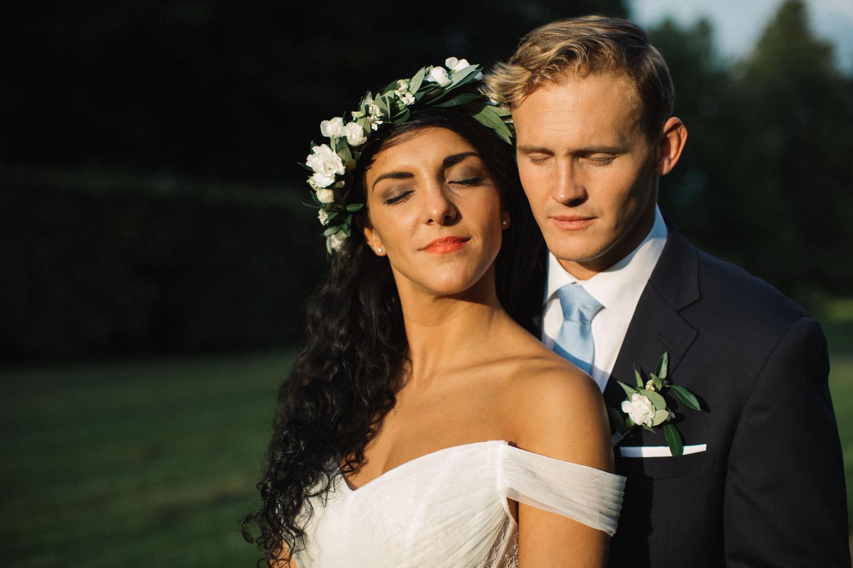 Porträtt på kärleksfullt brudpar i Golden Hour under deras bröllop på Trolleholms slott i Skåne. Ashley and Christoffer Ljungbäck got married in the south of Sweden. Wedding photographer is Tove Lundquist.